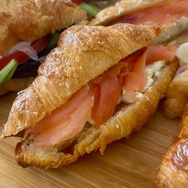 Mini croissant o vigilante de salmón y queso crema de Harina