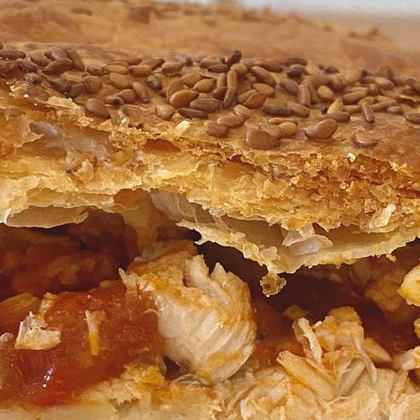 Detalle empanada de pollo al curry y pisto Harina