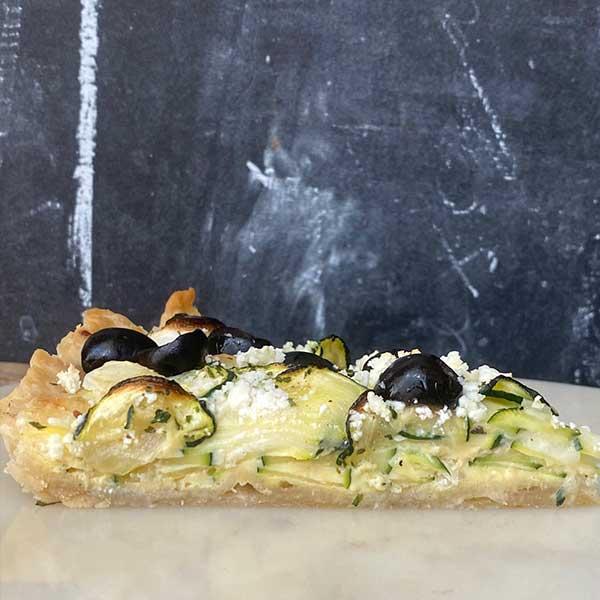 Detalle quiche de calabacín, cebolla, queso de cabra y aceituna negra Harina