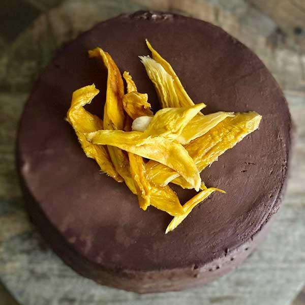 Vista tarta de chocolate y mango deshidratado Harina