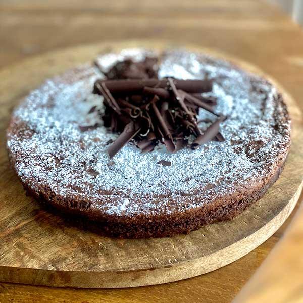 Vista tarta de chocolate y harina de almendra Harina