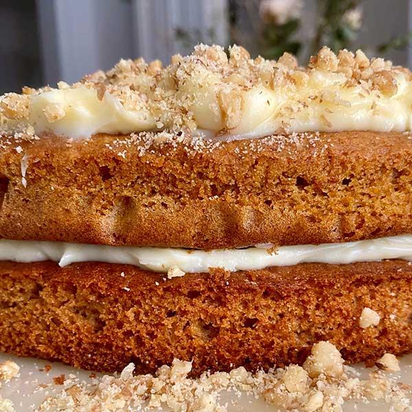 Vista tarta de zanahorias con nueces Harina